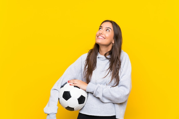 Junge oben schauende fußballspielerfrau beim lächeln Premium Fotos