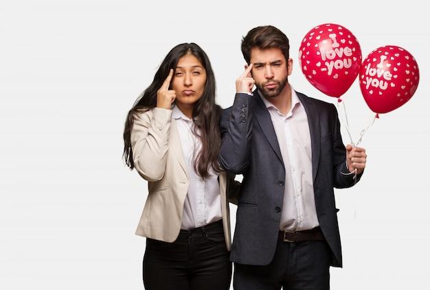 Junge paare am valentinsgrußtag, der eine konzentrationsgeste tut Premium Fotos
