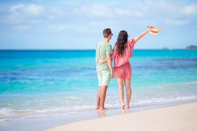 Junge paare auf weißem strand während der sommerferien. glückliche familie genießen ihre flitterwochen Premium Fotos