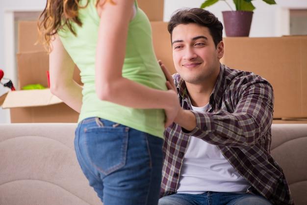 Junge paare des mannes und der schwangeren frau, die baby erwarten Premium Fotos