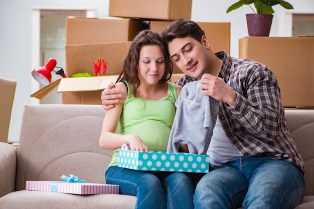 Junge paare des mannes und der schwangeren frau mit geschenkbox Premium Fotos