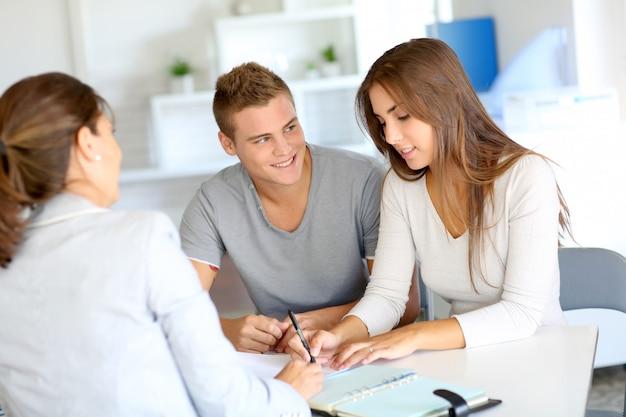 Junge paare, die finanzberater für kreditdarlehen treffen Premium Fotos