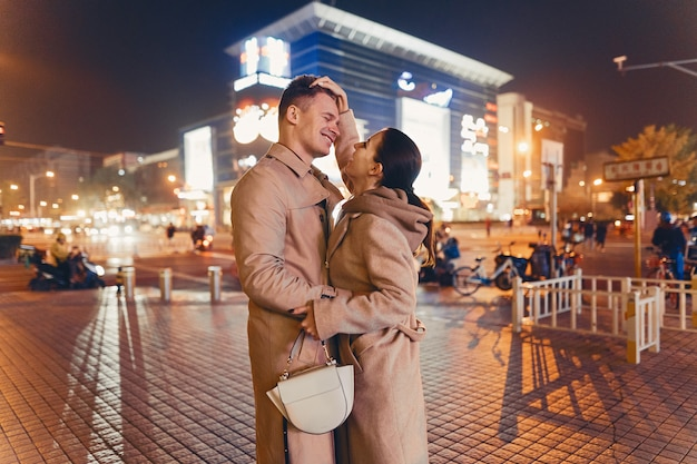 Junge paare, die neigung mitten in peking china zeigen Kostenlose Fotos