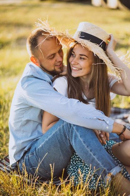 Junge paare, die picknick im park haben Kostenlose Fotos