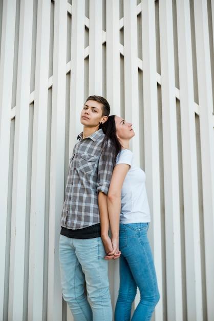Junge paare, die zurück zu einander stehen Kostenlose Fotos