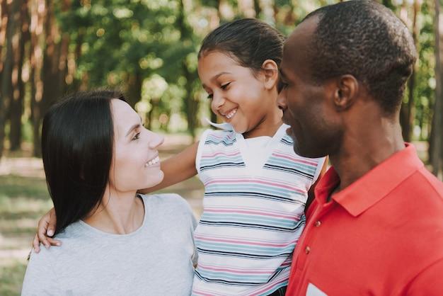 Junge paare mit dem baby, das zusammen im wald stillsteht Premium Fotos