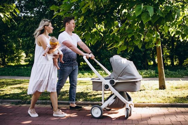 Junge paare mit ihrer babytochter im park Kostenlose Fotos