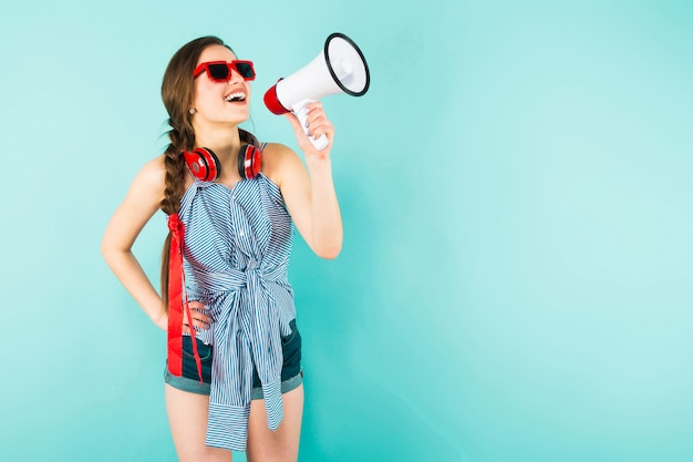 Junge reizvolle frau mit kopfhörern und lautsprecher Premium Fotos