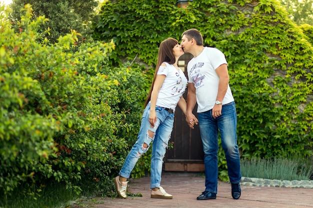 Junge romantische paare haben spaß miteinander im grünen sommerpark. Premium Fotos