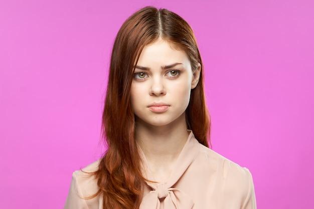 Junge rothaarige frau mit natürlichem make-up posiert Premium Fotos