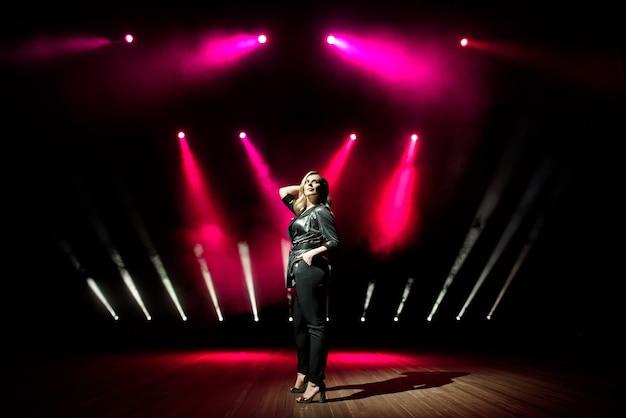 Junge sängerin mit bunten lichtern auf konzert Premium Fotos