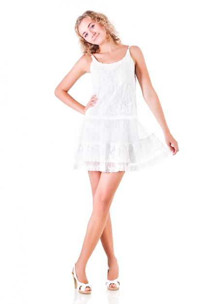 Junge schlanke schöne blonde frau im weißen minikleid