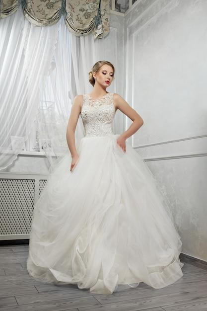 Junge schöne braut, frau im langen weißen hochzeitskleid auf weiß Kostenlose Fotos