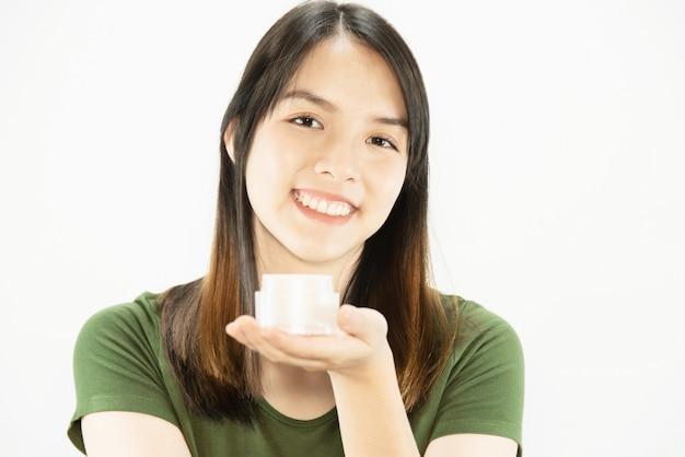 Junge schöne dame, die feuchtigkeitscremecreme für gesichtshautpflege - frauen- und kosmetikmake-upgesichtsschönheits-hautpflegekonzept verwendet Kostenlose Fotos