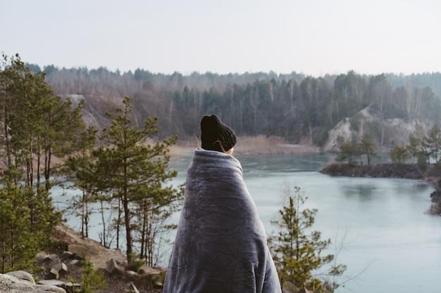 Junge schöne frau, die auf einem see aufwirft Kostenlose Fotos