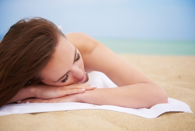 Junge schöne frau, die spaß am strand hat | Kostenlose Foto