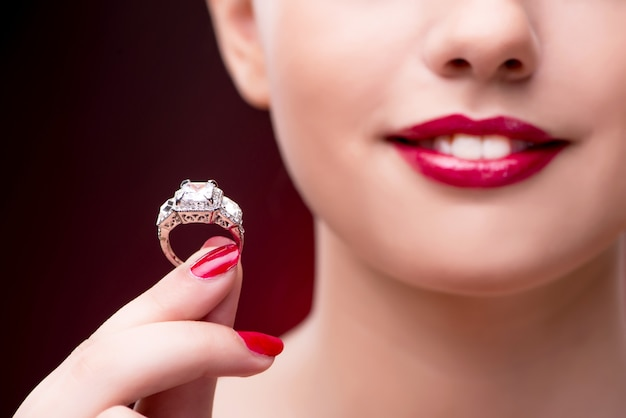 Junge schöne frau im schönheitsmodekonzept Premium Fotos