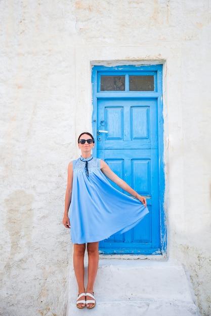 Junge schöne frau im urlaub in mykonos Premium Fotos