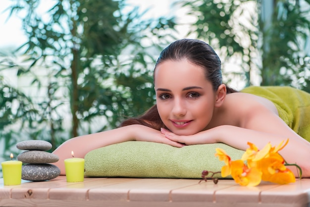 Junge schöne frau während des badekurortverfahrens Premium Fotos