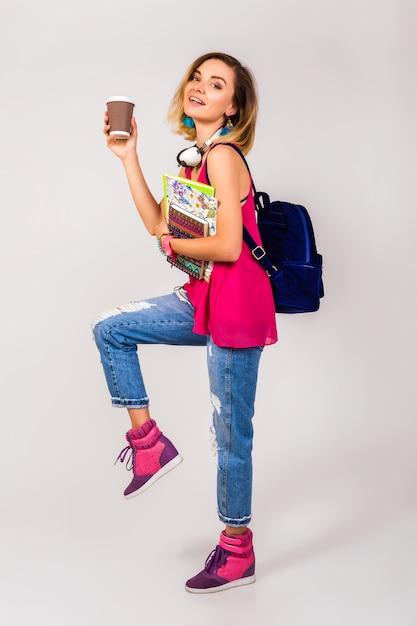 Junge schöne hipsterfrau, rosa schuhe und spitze, die bücher halten und kaffee nehmen Kostenlose Fotos