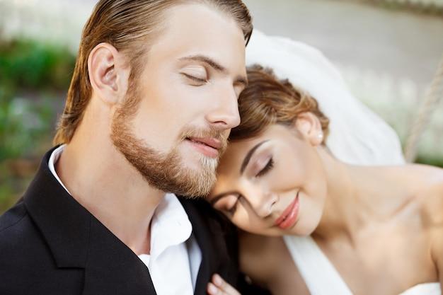 Junge schöne jungvermählten, die mit geschlossenen augen