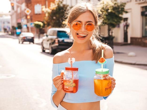 Junge schöne lächelnde hippie-frau in der sonnenbrille. Kostenlose Fotos