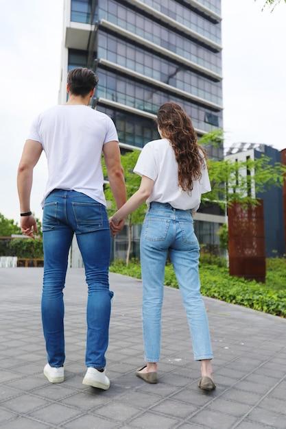 Junge schöne paare, die tragende jeans und t-shirt aufwerfen Premium Fotos