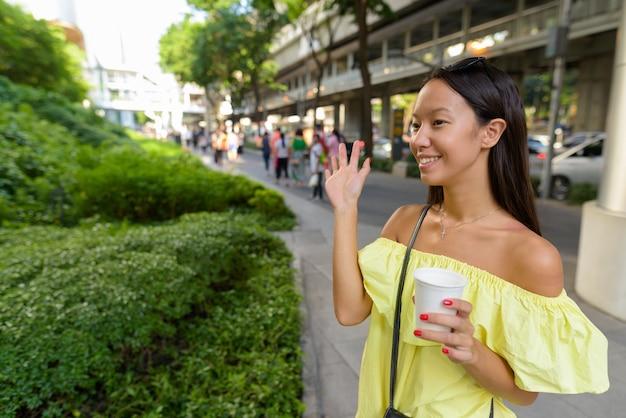 Junge schöne touristenfrau, die die stadt bangkok erkundet Premium Fotos