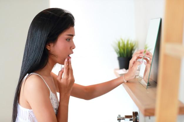 Junge schöne und reizvolle frau mit akne Premium Fotos