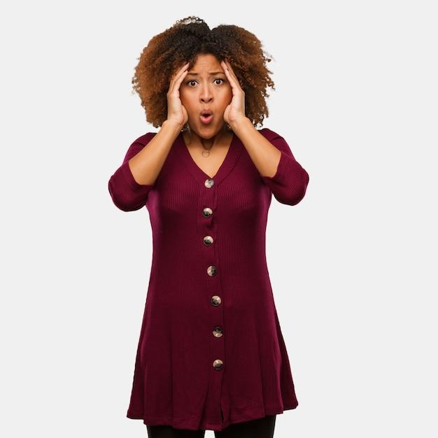 Junge schwarze afrofrau überrascht und entsetzt Premium Fotos