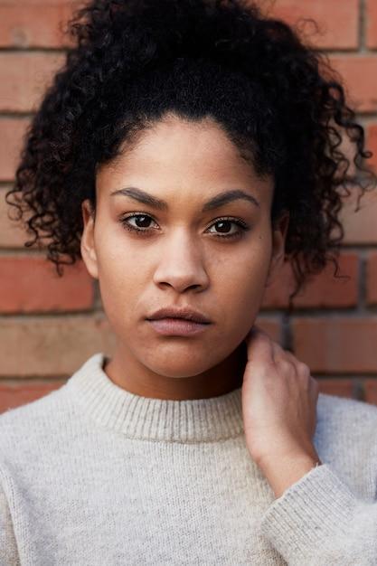 Junge schwarze frau mit afro-haaren Kostenlose Fotos