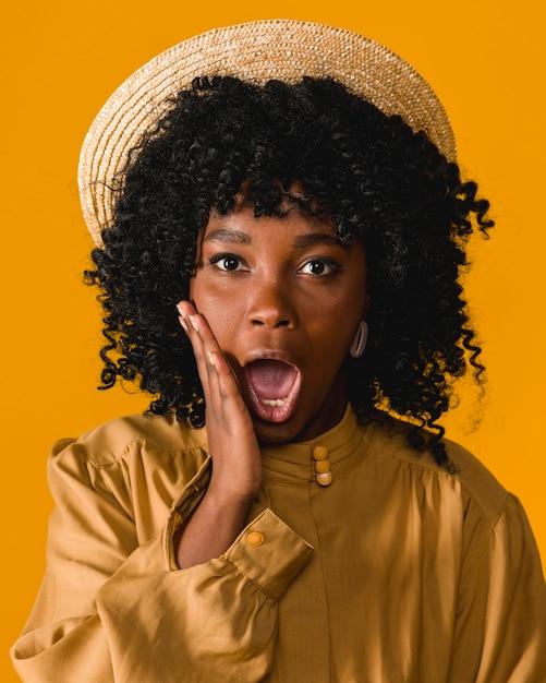 Junge schwarze überraschte frau mit offenem mund Kostenlose Fotos