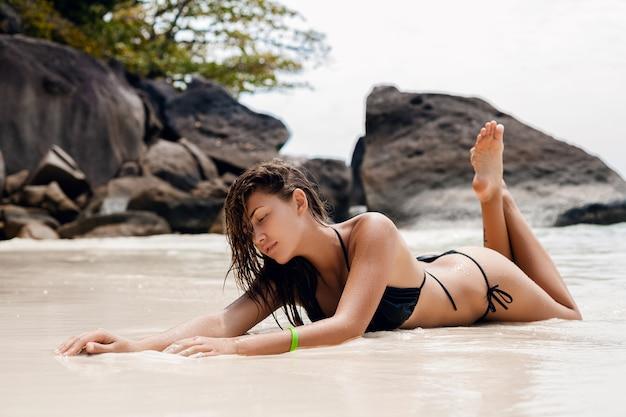 Junge sexy schlanke frau, schöner perfekter körper, gebräunte haut, schwarzer bikini-badeanzug, sonnenbad, ozean, sommerferien in asien, sinnlich, heiß, reisen in thailand, tropischer strand, similan-inseln Kostenlose Fotos