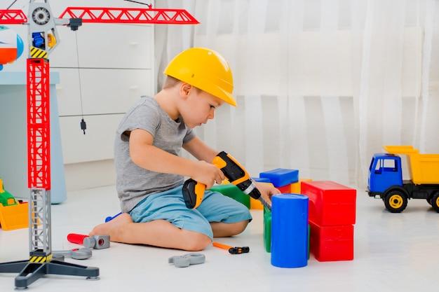 Junge spielt im erbauer im raum Premium Fotos