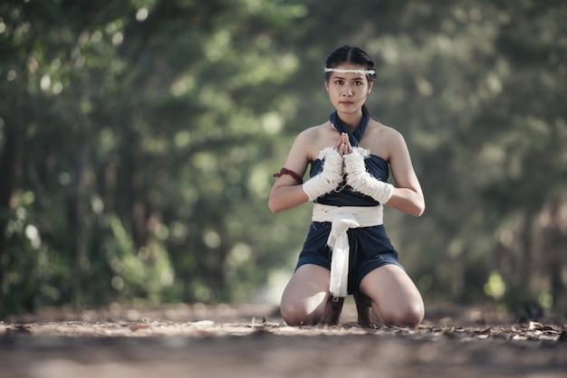 Junge sportfrau des boxers mit weißen verpackenverbänden. Premium Fotos