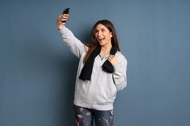 Junge sportfrau, die ein selfie macht Premium Fotos