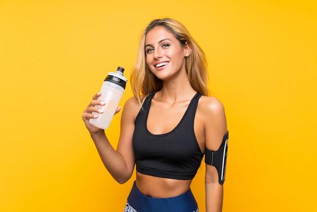 Junge sportfrau mit einer flasche wasser Premium Fotos