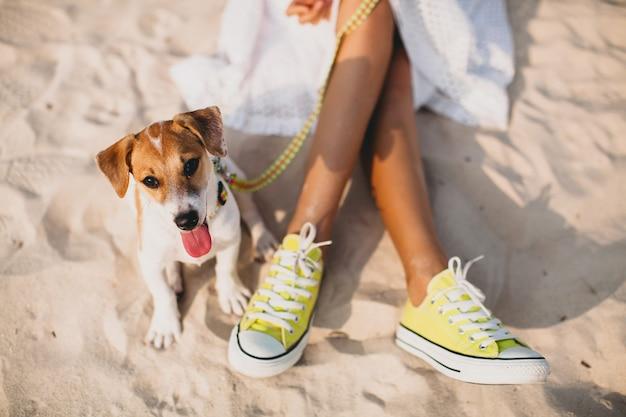 Junge stilvolle hipsterfrau, die mit im tropischen strand spielt Kostenlose Fotos