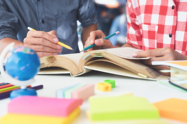 Junge studenten campus hilft freund aufholen und lernen. Kostenlose Fotos