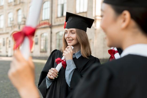 Junge studenten, die ihren abschluss feiern Kostenlose Fotos