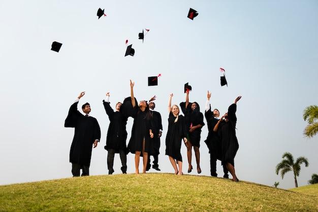 Junge studenten staffelungszeremonie konzept Premium Fotos