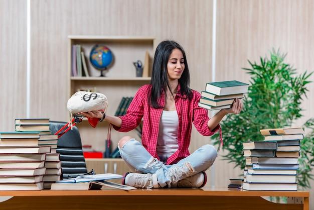 Junge studentin, die für collegeschulprüfungen sich vorbereitet Premium Fotos
