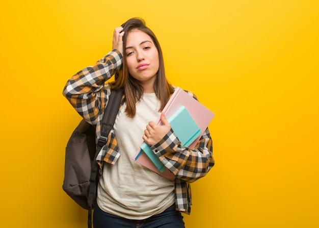 Junge studentin frau ti und sehr schläfrig Premium Fotos