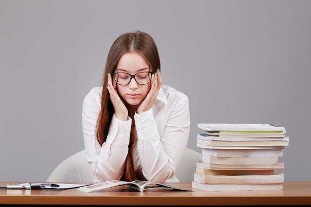 Junge studentin gestresst Premium Fotos