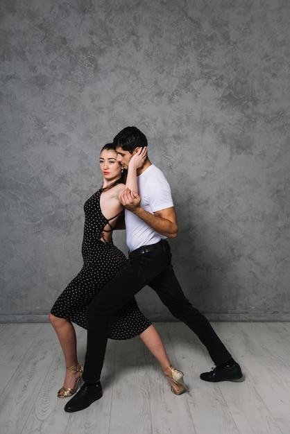 Junge tanzpartner tanzen tango Kostenlose Fotos