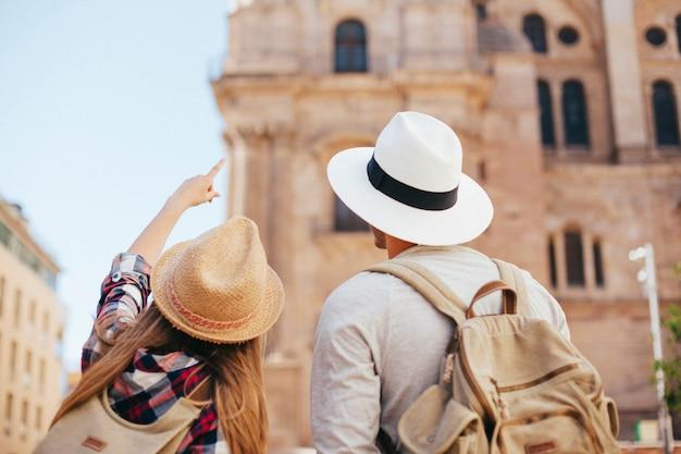 Junge touristen entdecken die stadt Kostenlose Fotos