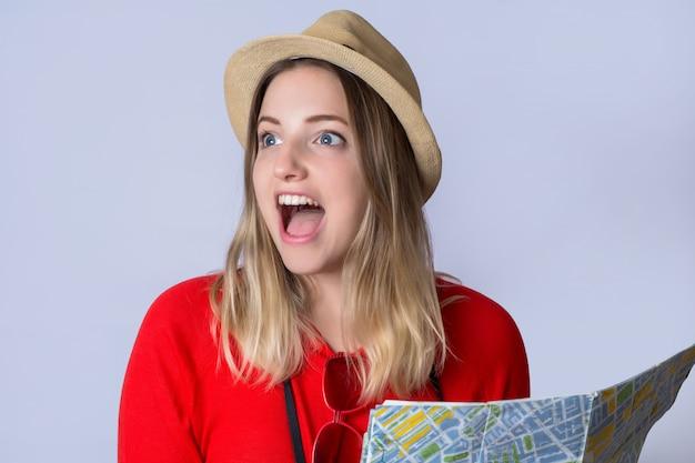 Junge touristische frau, die karte betrachtet. Premium Fotos