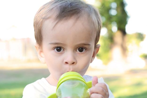 Junge trinkende milchflasche Premium Fotos