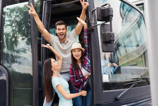 Junge überglückliche freunde schauen aus reisebus heraus. Premium Fotos