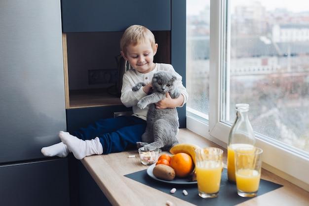 Junge und katze Kostenlose Fotos